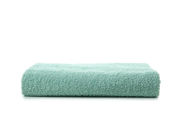 Zielony ręcznik składany na białym tle