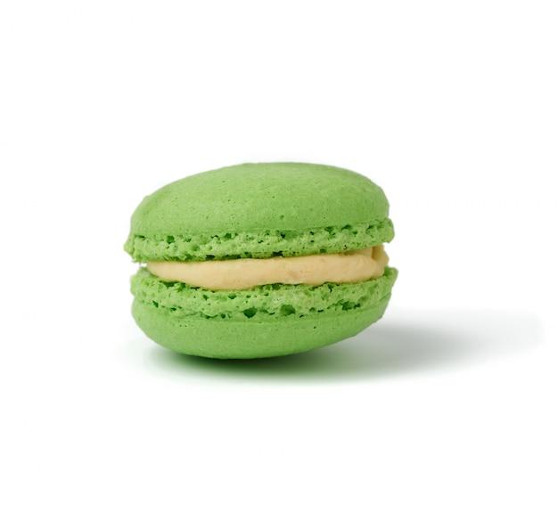 Zielony round piec migdałowej mąki macaron odizolowywający