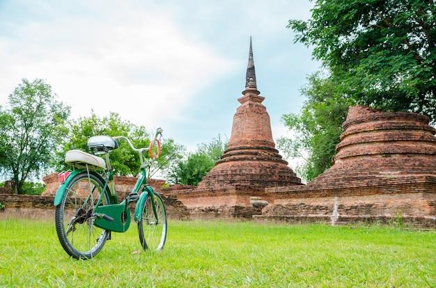 Zielony rower z starożytnej świątyni