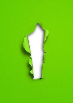 Zielony rozdarty papier z otworem