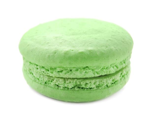 Zielony smaczny makaronik na białej powierzchni