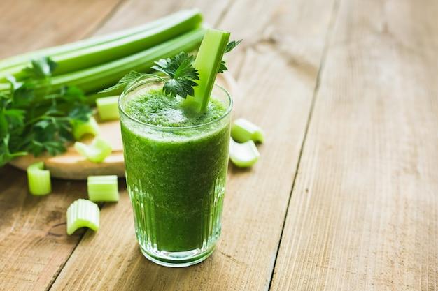 Zielony smoothie z selerem i szpinakiem w szkle