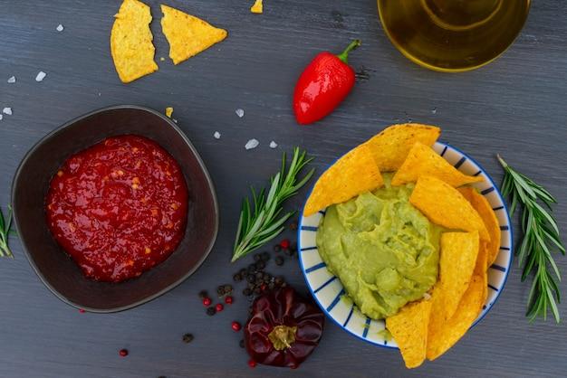 Zielony Sos Guacamole Z Chrupiącymi Chipsami Kukurydzianymi I Sosem Paprykowym Z Salsą Premium Zdjęcia