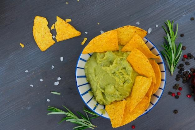 Zielony sos guacamole z chrupiącymi chipsami kukurydzianymi