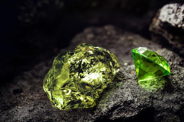Zielony surowy diament i zielony diament oszlifowany w kopalni węgla, koncepcja wydobycia i rzadki kamień szlachetny