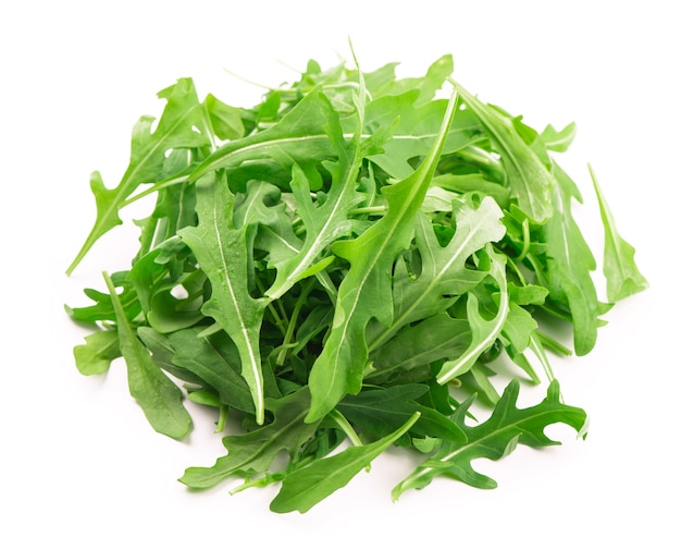 Zielony świeży liść rukoli lub rukoli na białym tle.