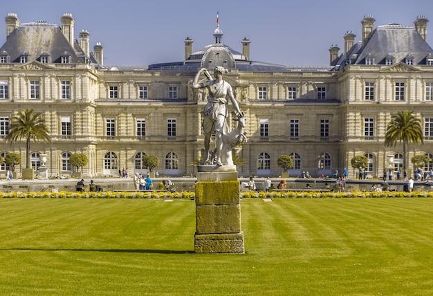 Zielony trawnik przed pałacem w luksemburgu antyczny posąg diany łowczyni paryż francja