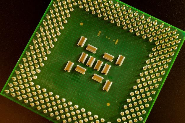 Zielony układ scalony jednostki centralnej zbliżenie stary komputer