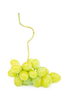 Zielony winogron z liśćmi na białym tle.