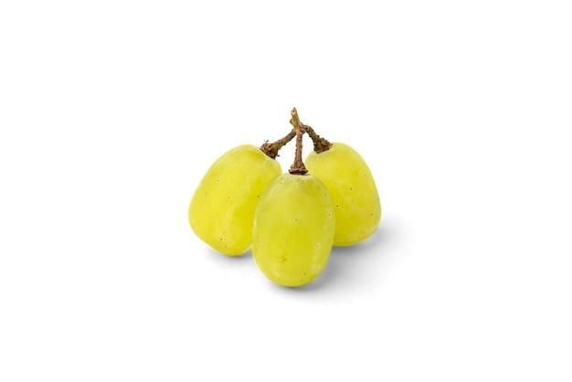 Zielony winogrono na białym tle