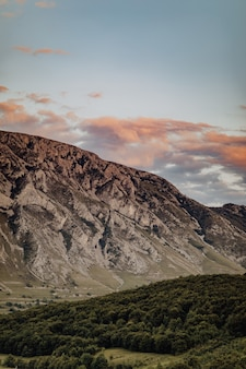 Zielony, zalesiony teren i malownicze skały pod zachmurzonym niebem, wieś rimetea w rumunii