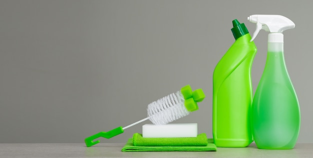 Zielony zestaw środków czyszczących i narzędzi do czyszczenia wiosennego.