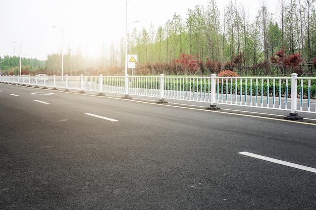 Ziemia asfaltowa i krajobraz naturalny