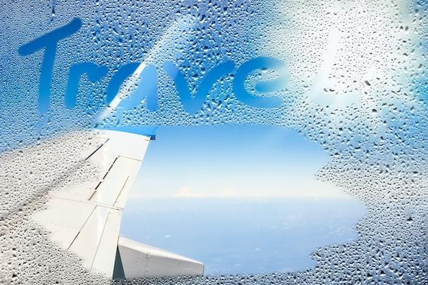 Ziemia i chmury z samolotem na przyrodzie na tle nieba
