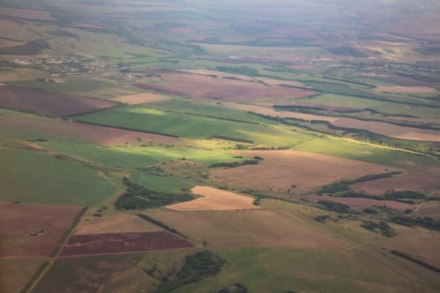 Ziemia z lotu ptaka, krajobraz okolicy, zielone łąki