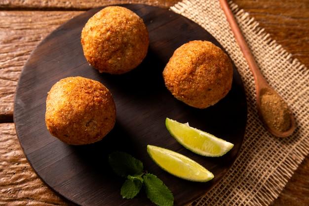 Ziemniaczany kibbeh - smażona przekąska z mielonego suchego twarogu z bliskiego wschodu z ziemniakami. również popularne danie na imprezę w brazylii (kibe).