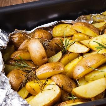 Ziemniak w stylu rustykalnym z rozmarynem zapiekany w folii