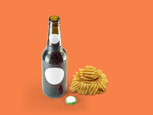 Ziemniaki chipowe przekąski i brązowa butelka na białym tle na kolorowym tle. koncepcja oktoberfest.