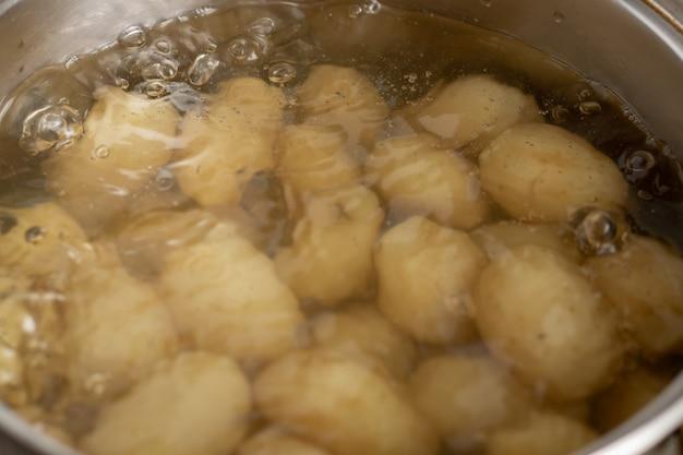 Ziemniaki gotujące się w rondlu. gotowanie młodych ziemniaków.