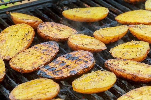 Ziemniaki i mięso pieczone na szaszłykach grill grilla