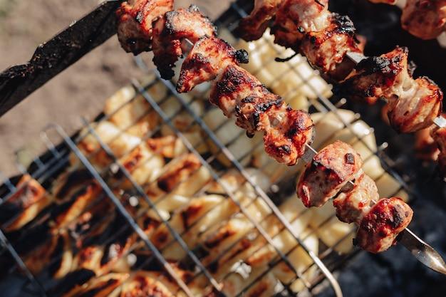 Ziemniaki i mięso z grilla