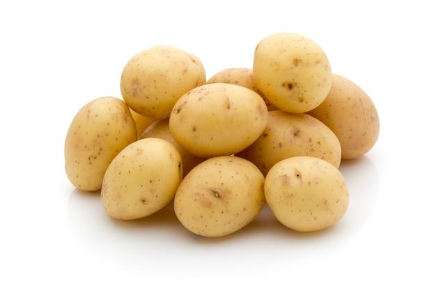 Ziemniaki na białym tle. nowe zbiory.