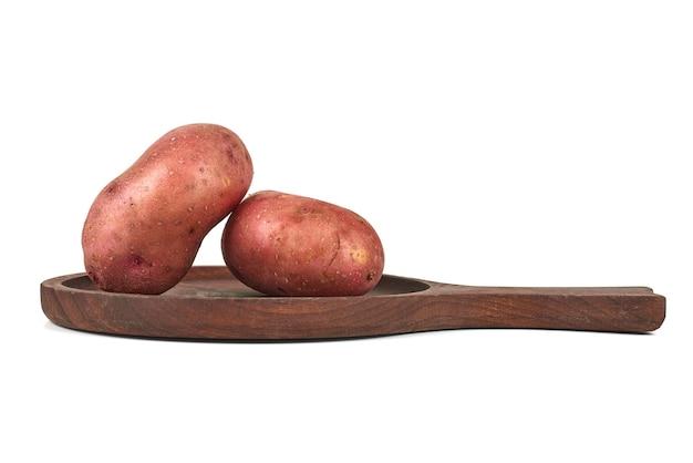 Ziemniaki na drewnianym talerzu.
