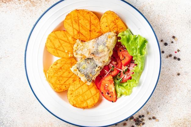 Ziemniaki smażone ryby owoce morza świeże gotowe do spożycia posiłek przekąska na stole kopia przestrzeń jedzenie tło