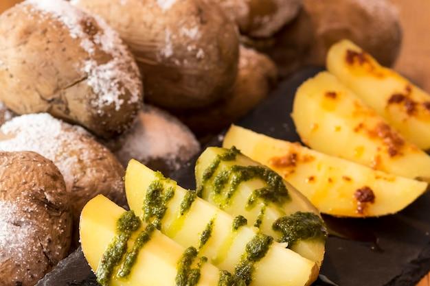 Ziemniaki z zielonym i czerwonym sosem