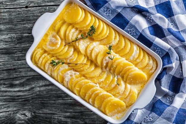 Ziemniaki zapiekane w naczyniu ze śmietaną