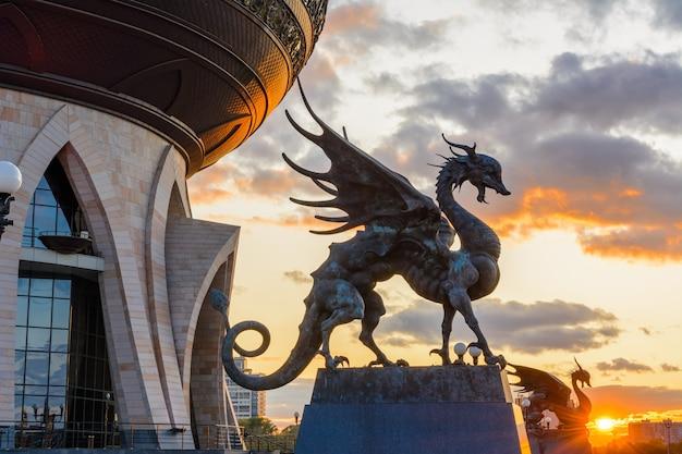 Zilant to legendarna istota, coś pomiędzy smokiem a wiwerną. od roku jest oficjalnym symbolem kazania. centralny pałac ślubów. zachód słońca.