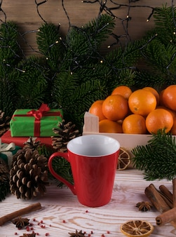 Zima biały napój z pikantność na świątecznym nowego roku tle