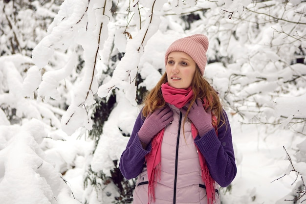 Zima emocjonalna kobieta w różowym kapeluszu, zabawy w lesie ze śniegiem