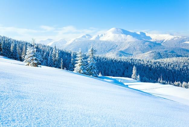 Zima goverla mount widok i powierzchnia śniegu na zboczu góry z przodu