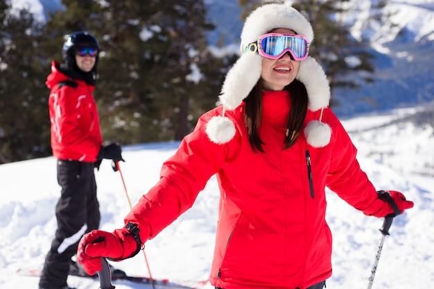 Zima, jazda na nartach - szczęśliwa rodzina w ośrodku narciarskim.