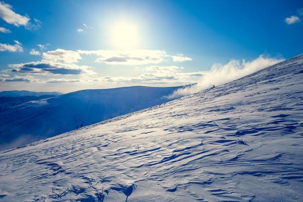 Zima krajobraz z czystym niebem