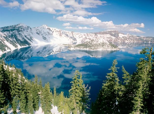 Zima nad jeziorem crater