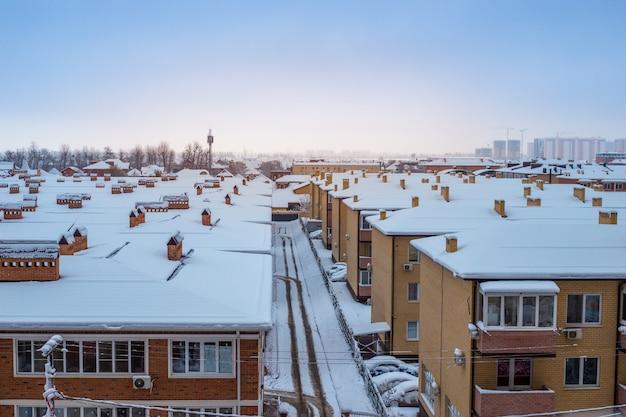 Zimą ośnieżone dachy domów. panorama miasta, widok z góry.
