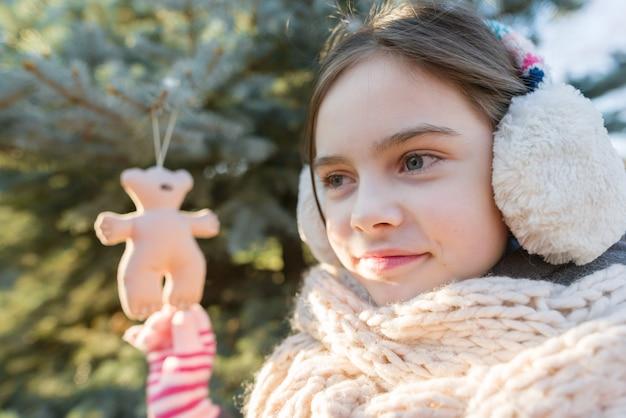 Zima plenerowy portret dziecko dziewczyna blisko choinki