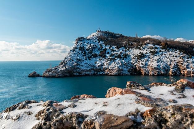 Zimą pokryte śnieżnymi klifami kominiarki
