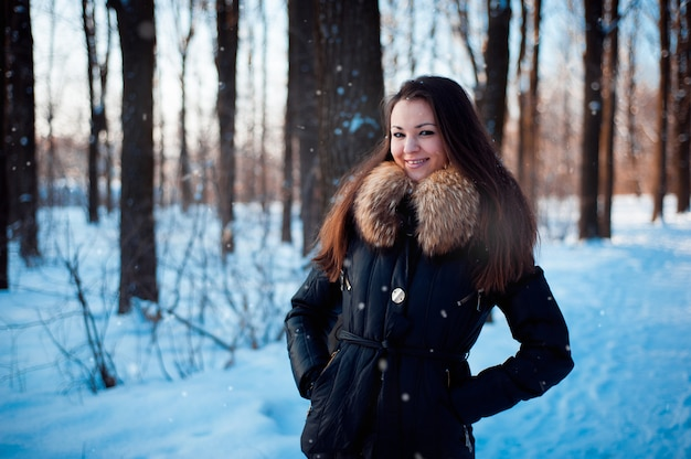 Zima portret dziewczyny w zimnej pogodzie.