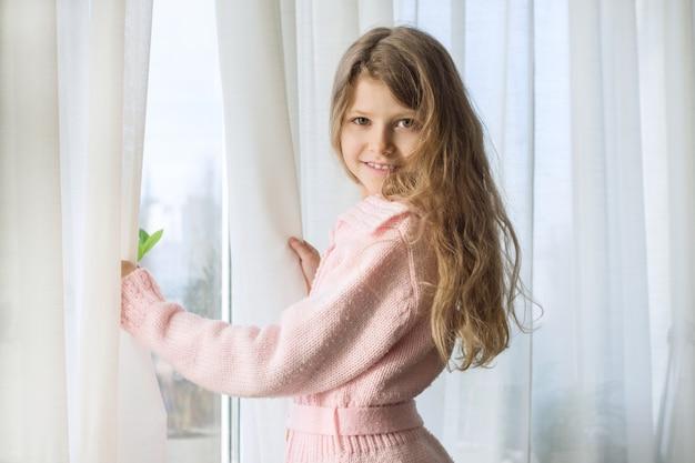 Zima portret mała uśmiechnięta dziewczyna w trykotowym kardiganie
