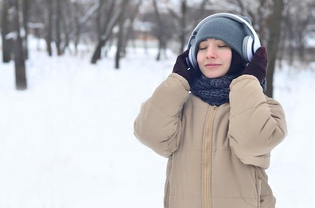 Zima portret młoda dziewczyna z hełmofonami