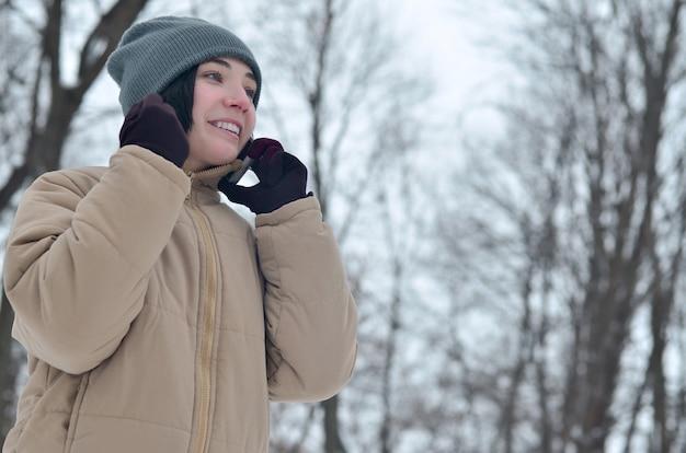 Zima portret młoda dziewczyna z smartphone