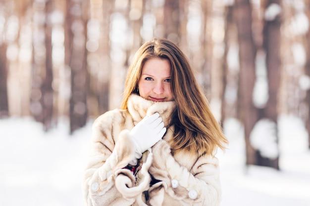 Zima portret młoda piękna kobieta jest ubranym futerkowego żakiet. koncepcja moda uroda zima śnieg.