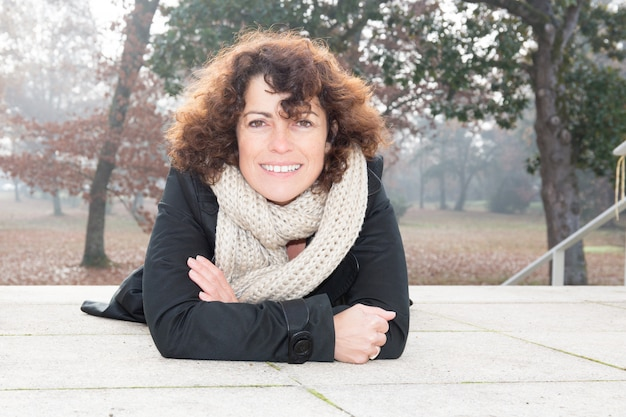 Zimą portret pięknej kobiety na świeżym powietrzu w parku miejskim