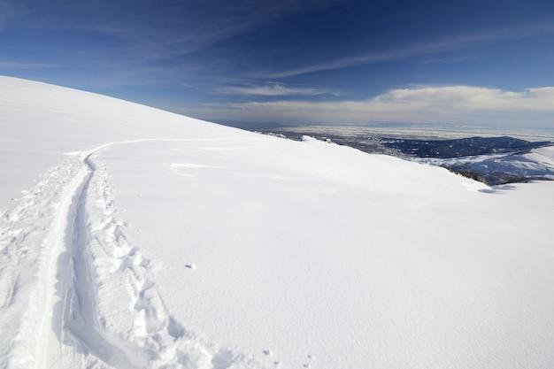 Zima sceniczny krajobraz w włoskich alps z śniegiem.