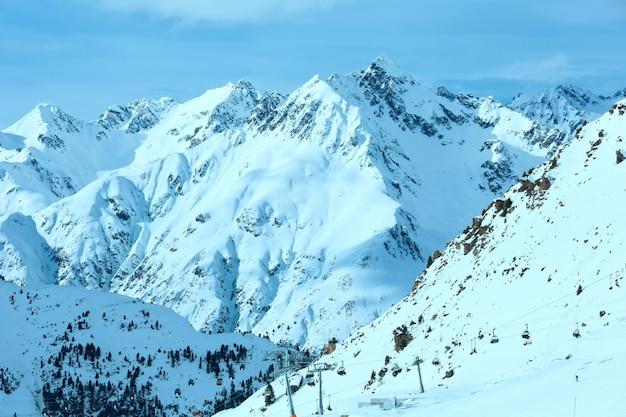 Zima silvretta alpy krajobraz i wyciąg narciarski na stoku, tyrol, austria. wszyscy ludzie są nie do poznania.