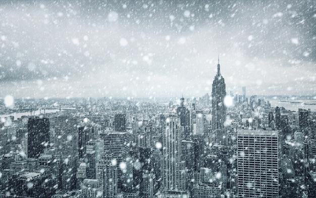 Zima w nowym jorku. padający śnieg w nowym jorku. zimowy manhattan w śniegu