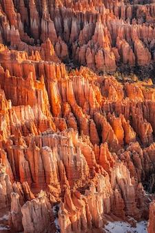 Zima w parku narodowym bryce canyon, utah, usa